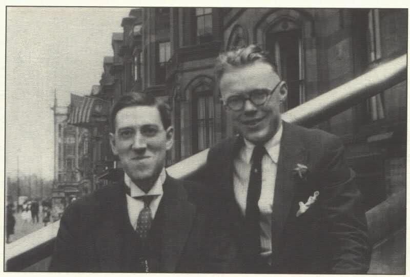 На всех известных фото Лавкрафт (слева) выглядит так, будто и его по ночам вызывают Древние, но даже он иногда улыбался