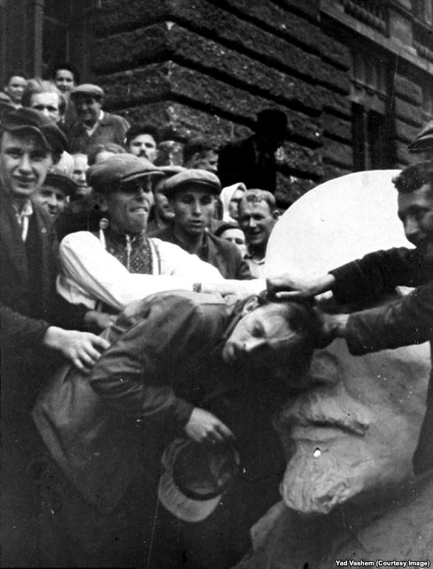 Толпа издевается над евреем у бюста Ленина на западе Украины. После оккупации нацистские войска открыли тюрьмы советских спецслужб. Немецкие пропагандисты разжигали антисемитизм, в рассказах о преступлениях советской власти делали акцент на еврейском происхождении части руководства СССР
