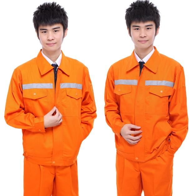 Ảnh có chứa quần áo, người, cậu bé, màu cam  Mô tả được tạo tự động