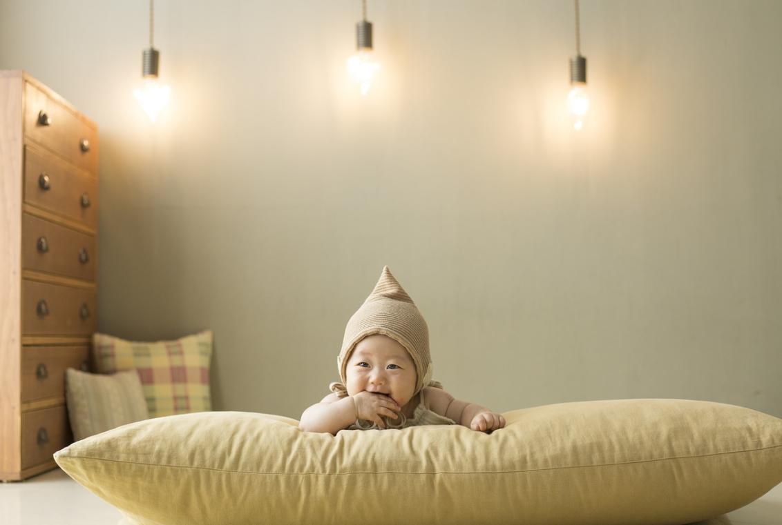 พัฒนาทารก 4 เดือน มองสิ่งรอบตัว และ เล่นน้ำลาย