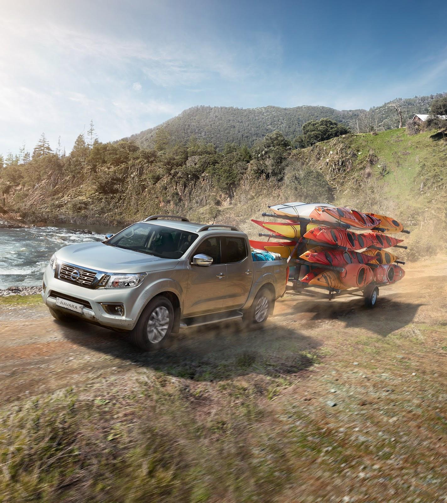 Illustrazione di Nissan NAVARA che traina canoe sulle montagne vicino a un lago