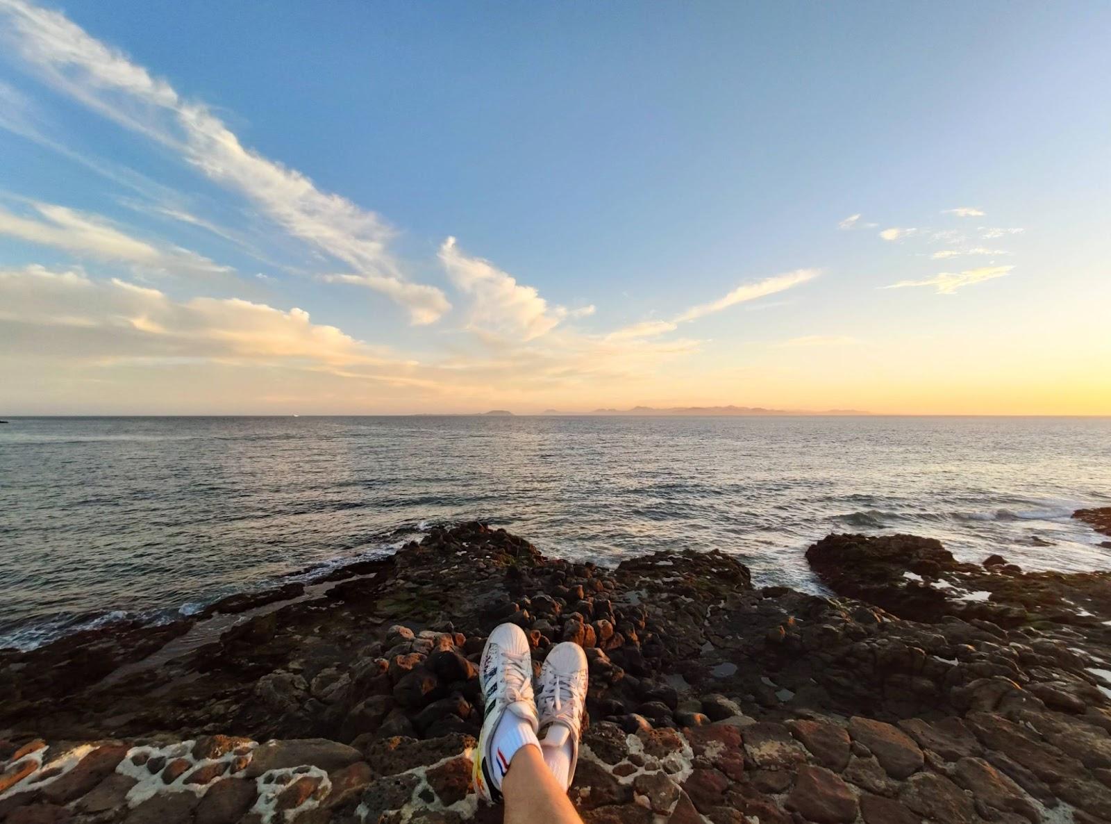 ragazzo-seduto-su-scoglio-vista-mare