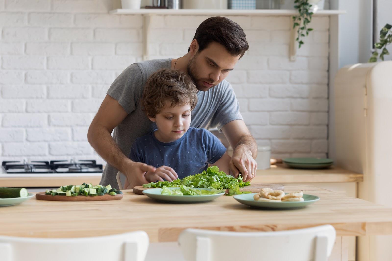 pai e filho cortando alimento
