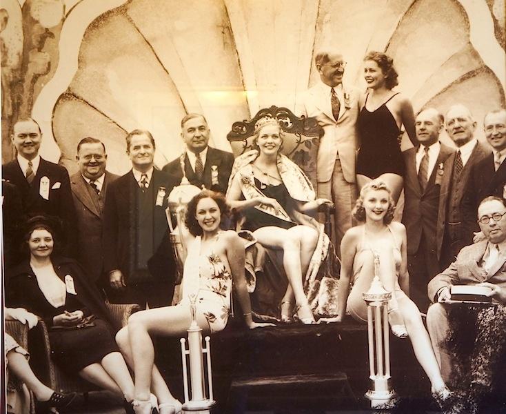 Повелитель красоты: В 1921 году в Атлантик-Сити прошел первый конкурс красоты Мисс Америка, который организовывал и финансировал Наки Джонсон. На фото он в белом костюме среди участниц конкурса и членов жюри / DR