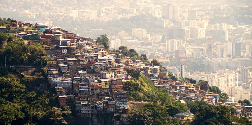 Crise da habitação estimula a formação de favelas. (Fonte: Shutterstock/ErenMotion/Reprodução)
