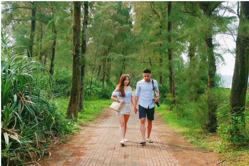 Nắm tay nhau trên con đường tình yêu là trải nghiệm vô cùng lãng mạn.