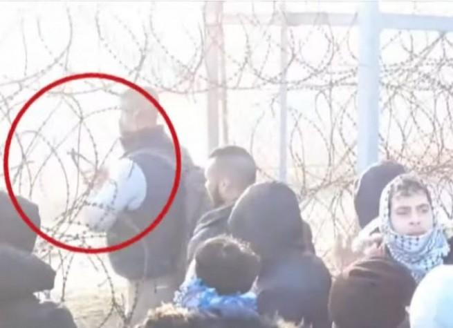 Турецкие военные прорезают дыры в проволочном заграждении на границе с Грецией