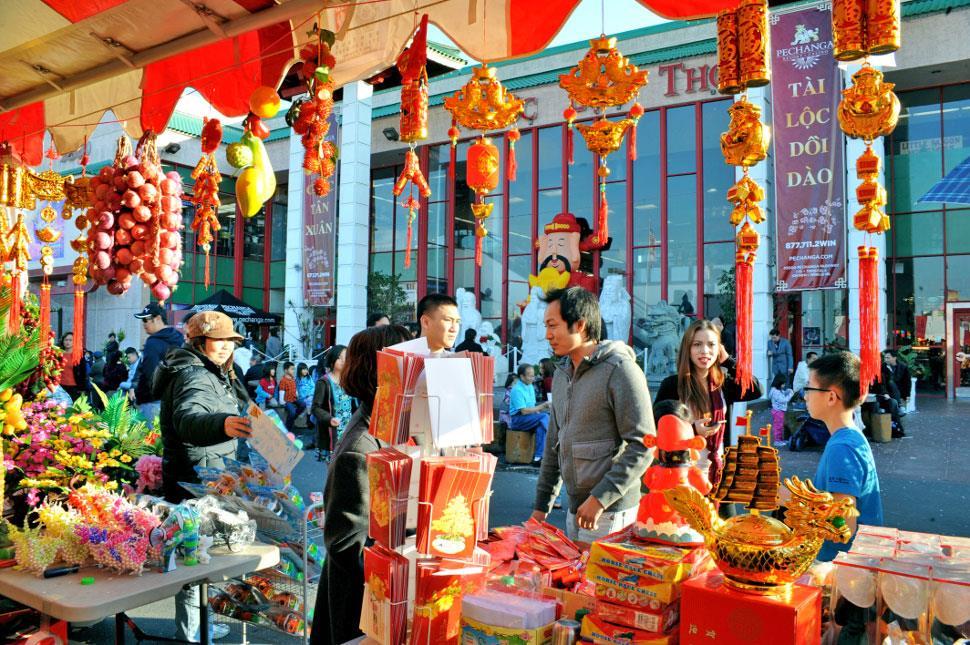 người Hoa mua sắm cho ngày lễ