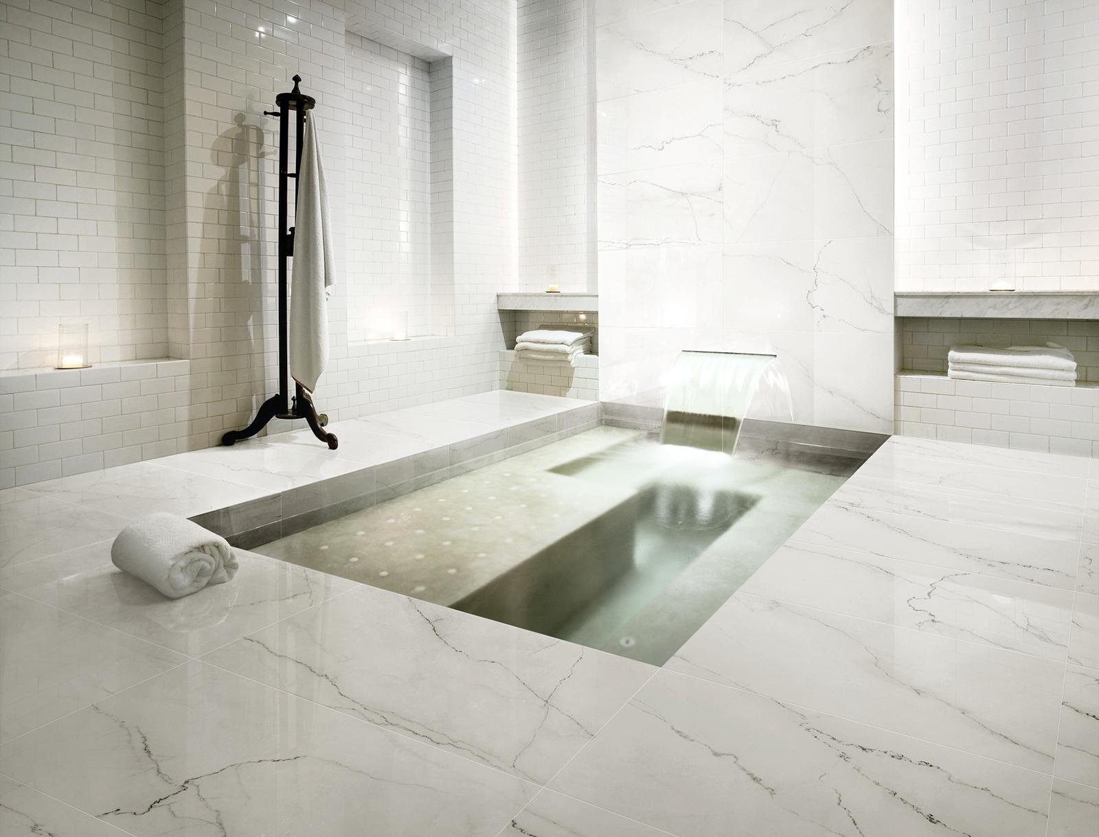 kupatilo od belog mermera