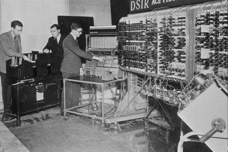 Alan Turing e seu sistema avançado de decodificação. Imagem: NSC Total