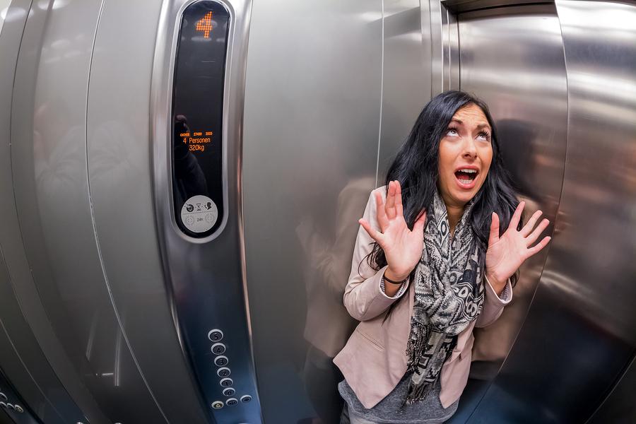 Bạn có thể gọi to để người bên ngoài nghe thấy và hỗ trợ thoát khỏi thang máy gặp sự cố