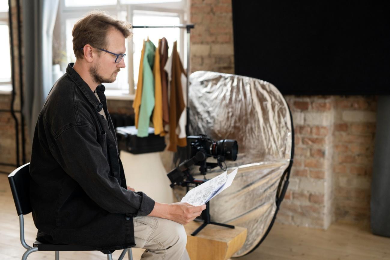 Homem sentado na cadeira  Descrição gerada automaticamente com confiança média