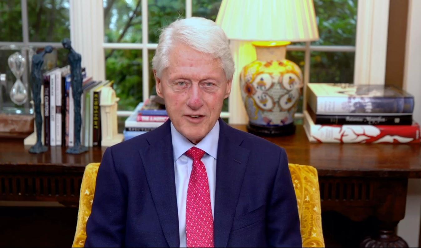 Un hombre con un traje de vestir y una corbata roja Descripción generada automáticamente