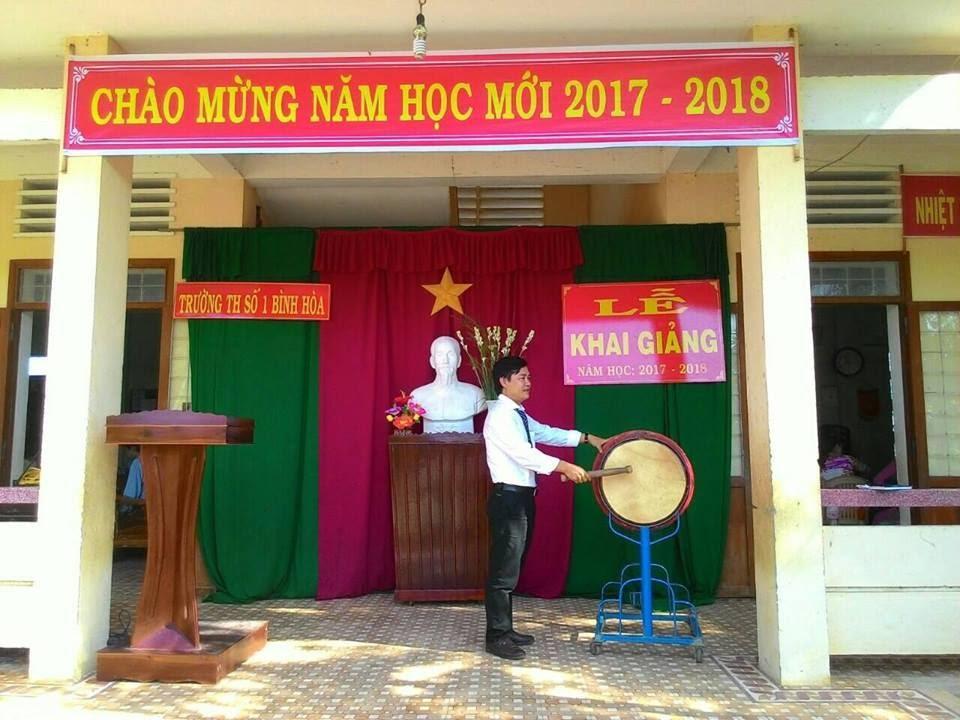 Thầy Trần Văn Hùng đánh trống khai trường báo hiệu một năm học mới bắt đầu