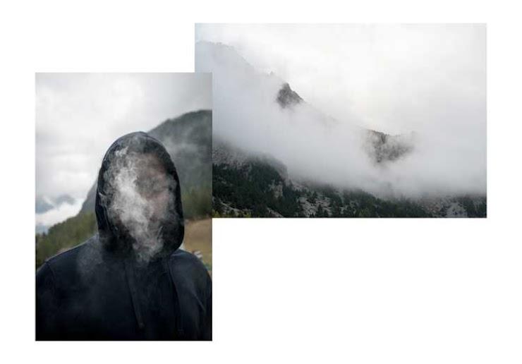 Portrait d'Ibrahim, jeune guinéen, dans sa fumée de cigarette à Clavières en Italie, face à la montagne de Montgenèvre dans la brume, Italie-France, le 7 octobre 2018.