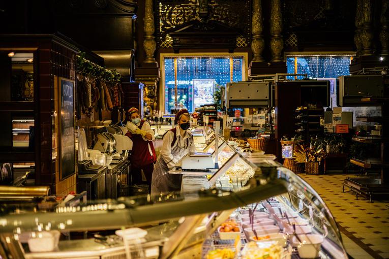 Laatste verkopen voor sluitingstijd.  De Elisseyev-winkel in maart 2021. FOTO / DIMITAR DILKOFF / AFP
