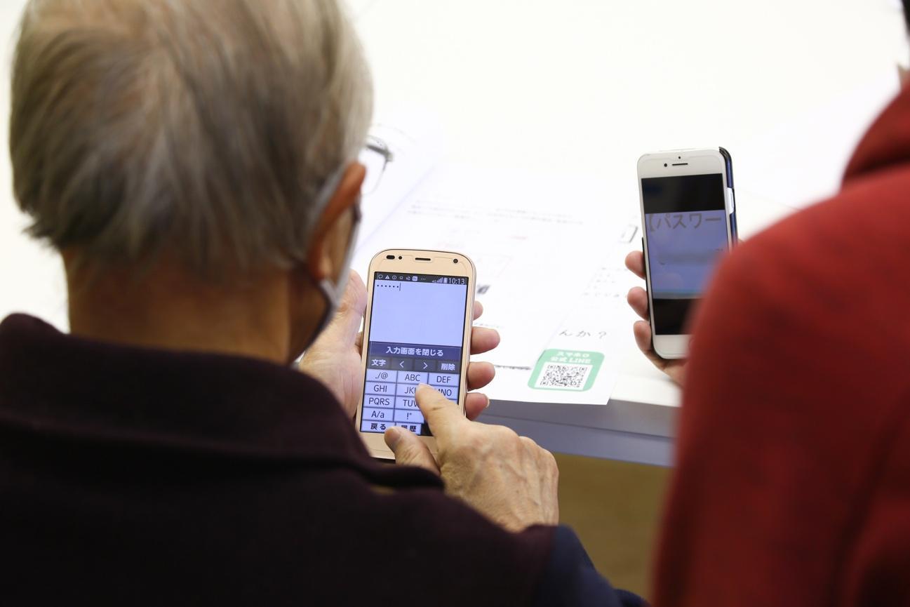 携帯電話を見ている女性  自動的に生成された説明