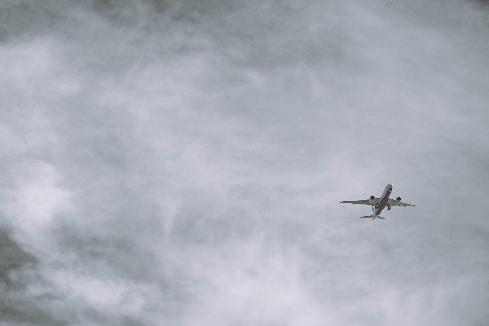Flugzeug vor grauhem Himmel