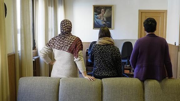 Hanane, Paula y Rosa, en el salón de la casa de acogida de las Adoratrices.