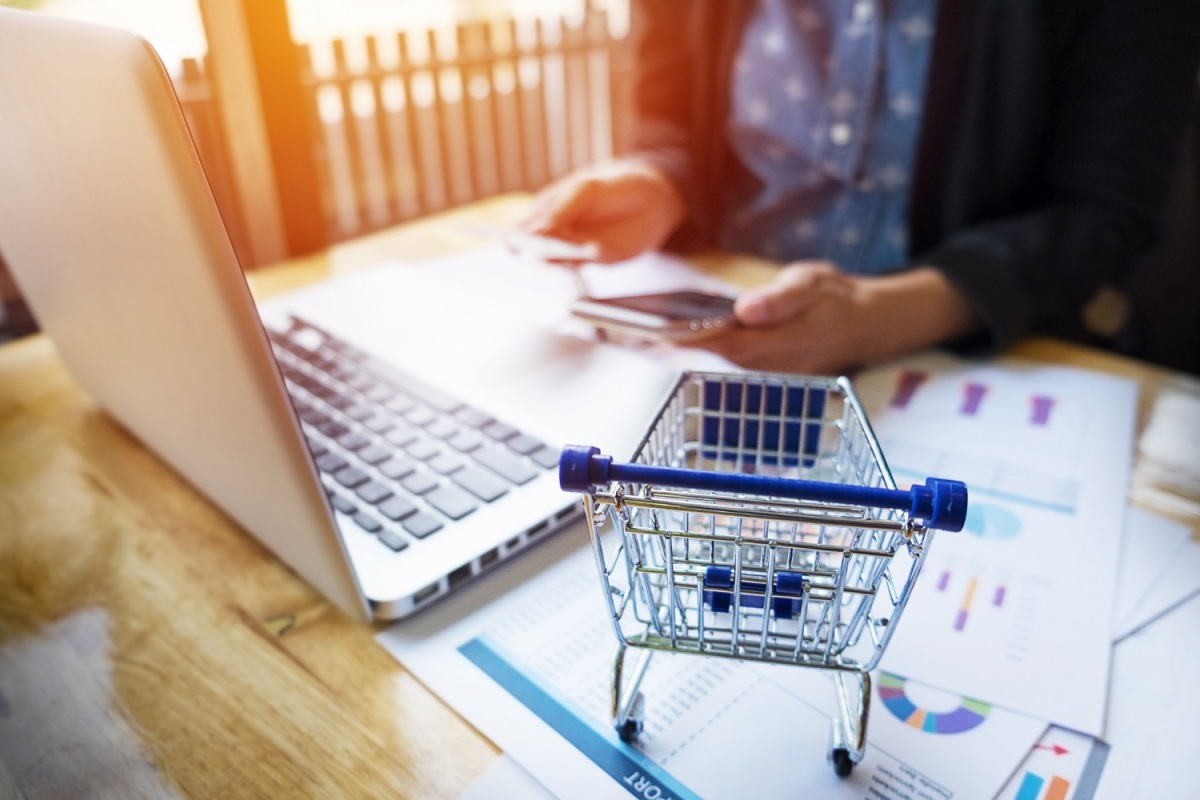 Vender em marketplaces é uma escolha de muitos lojistas que não têm capital inicial para abrir uma loja virtual. (Foto: FreePik)