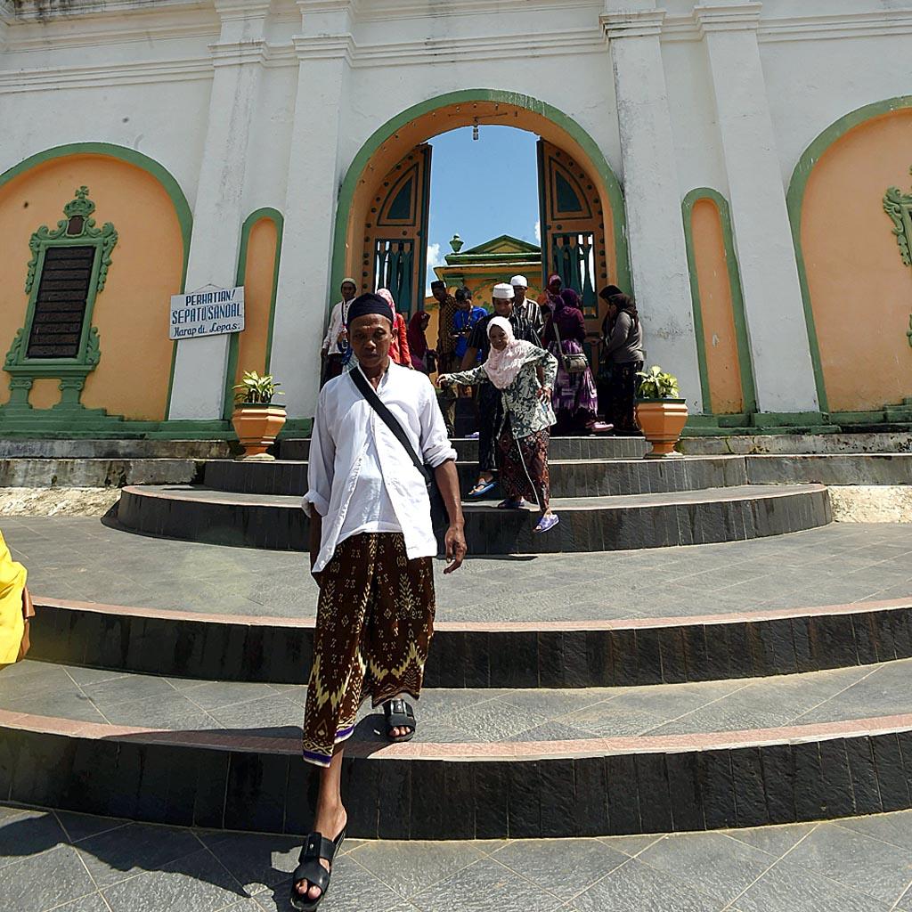 Wisatwan mengunjungi Makam Raja Sumenep Asta Tinggi di Kabupaten Sumenep, Sabtu (5/3). Selain untuk mengagumi arsitekturnya, Komplek pemakaman yang dibuat  sekitar tahun 1750  menjadi tujuan wisatwan untuk berziarah.