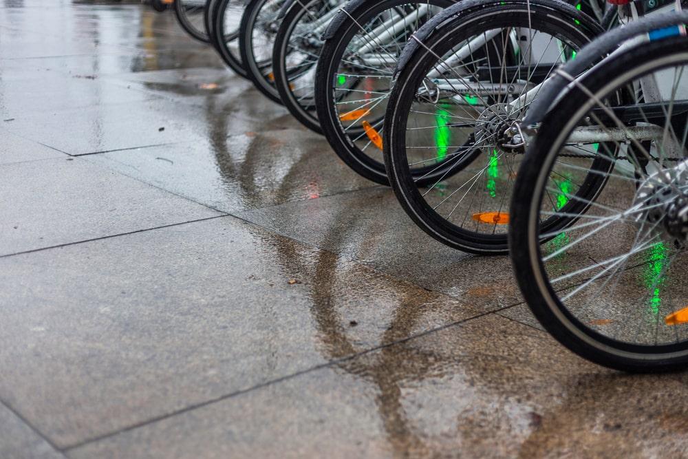 Não resistência do produto à chuva é um dos pontos a serem melhorados pela empresa. (Fonte: JoseGonzalezBuenaposada/Shutterstock)