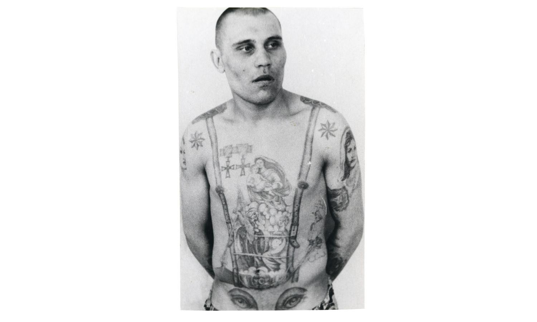 Звёзды на плечах этого заключенного, указывают, что он является «криминальным авторитетом», а медали служат знаком неповиновения с советским режимом. Глаза на животе указывают на гомосексуальность их обладателя (пенис становится «носом» на изображённом лице).