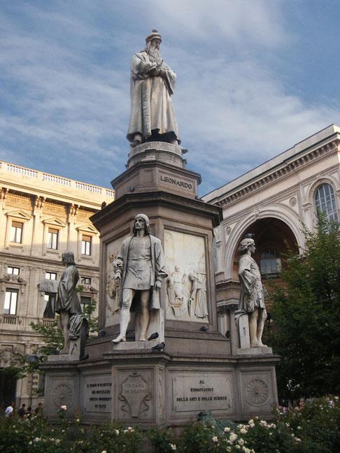 Памятник Леонардо да Винчи в центре площади Ла Скала в Милане