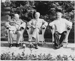 Imagen de los líderes políticos aliados sentados durante la conferencia de Potsdam