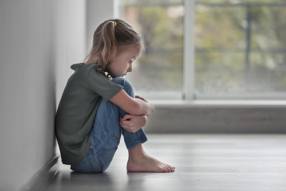 Não se deve criar medo nas crianças para que elas se comportem de maneira considerada adequada. (Fonte: Africa Studio/Shutterstock)