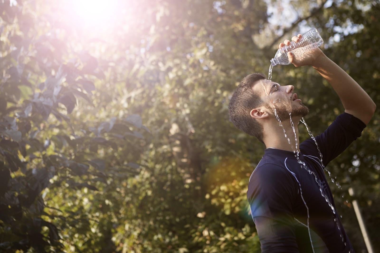 É indicado o consumo de 2 a 3 litros de água por dia durante o verão. (Fonte: Pexels)