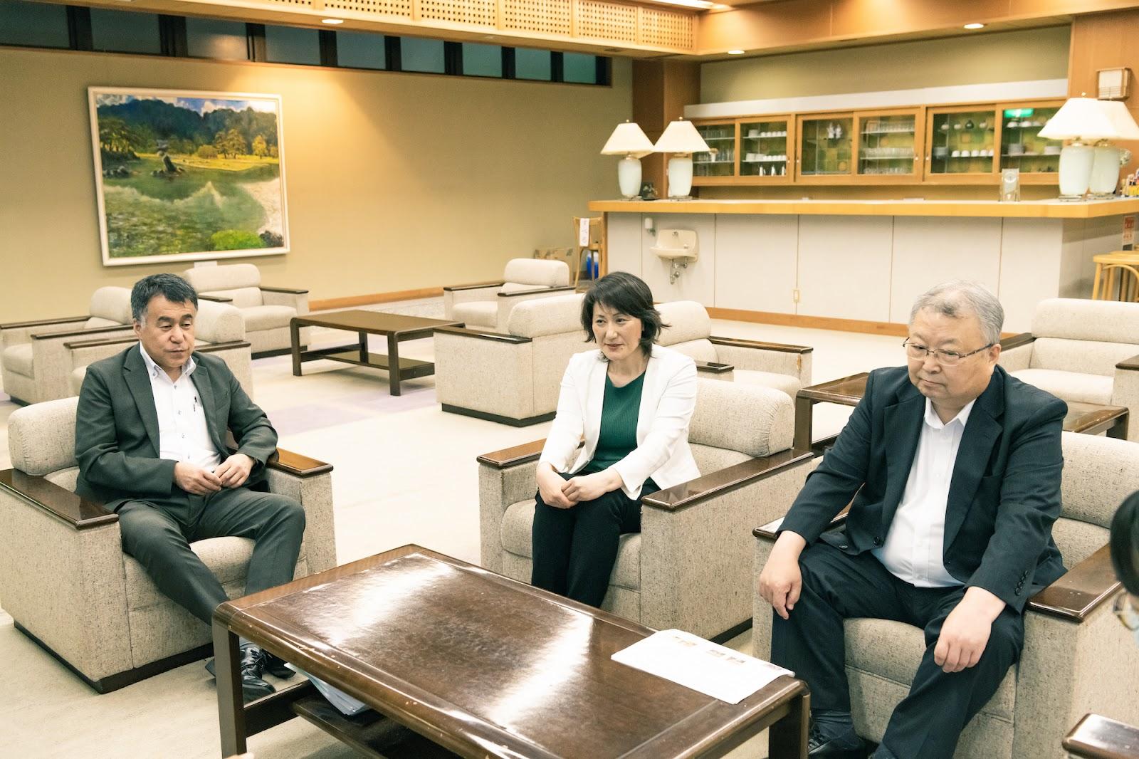 一関温泉郷協議会員が談話中