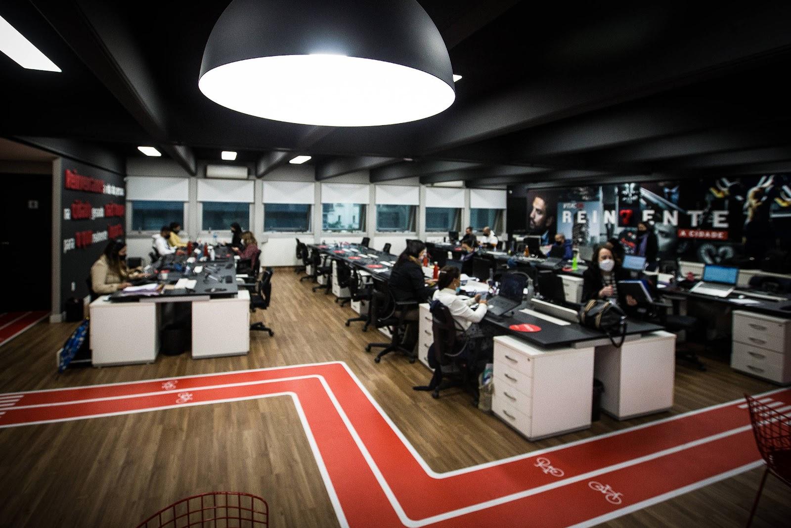 escritório com simulação de pista de correr no piso