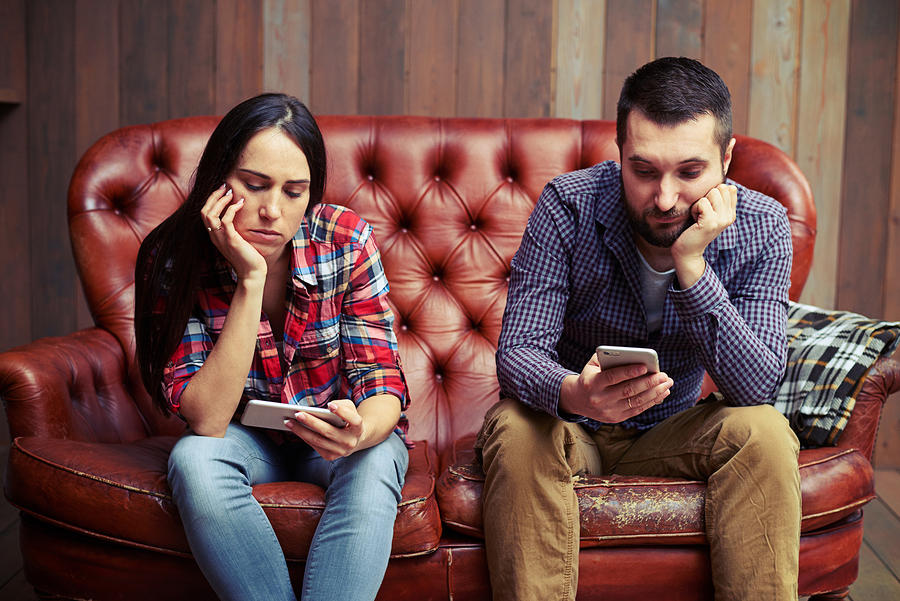 couple play cellphone