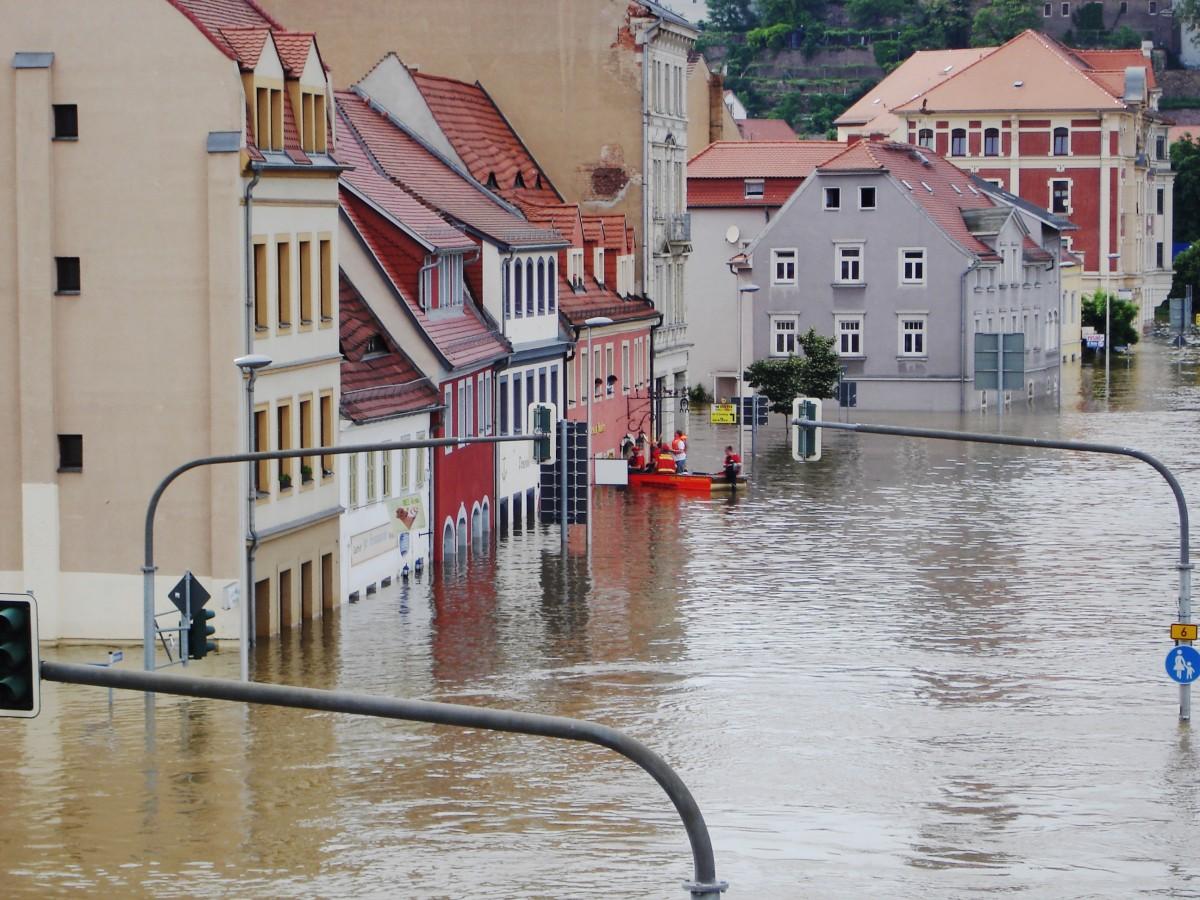 boot flood waterway natural disaster disaster not event elbe emergency neighbourhood meissen savior high water
