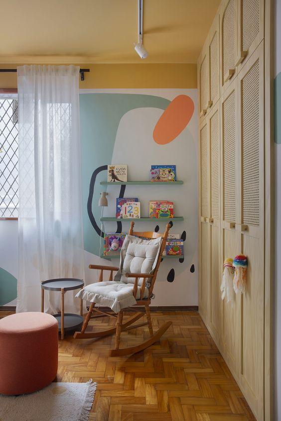 Quarto infantil com pintura orgânica, com desenhos na parede colorido, proporcionando ao ambiente vivacidade.