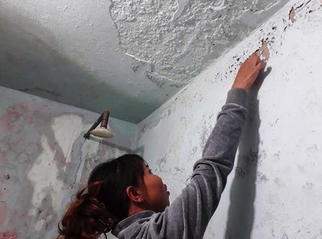 Nhà xuống cấp có lớp sơn trên tường bị bong tróc, ẩm mốc