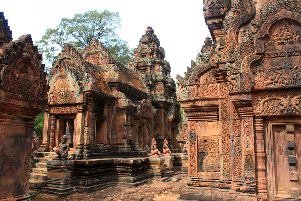 https://upload.wikimedia.org/wikipedia/commons/c/c3/Banteay_Srei_Cambodia.jpg