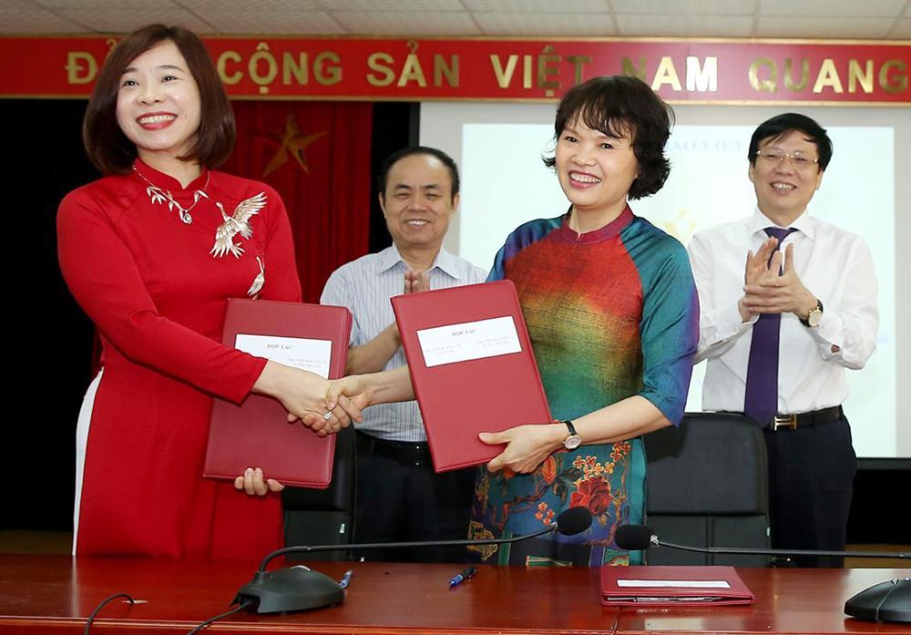 Bà Nguyễn Thị Trường Giang - Phó Giám đốc Học viện Báo chí và Tuyên truyền (bên trái) ký kết phối hợp với lãnh đạo Bảo tàng Báo chí Việt Nam. Ảnh: Sơn Hải