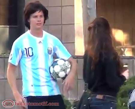 Messi kw gadungan menggoda para gadis