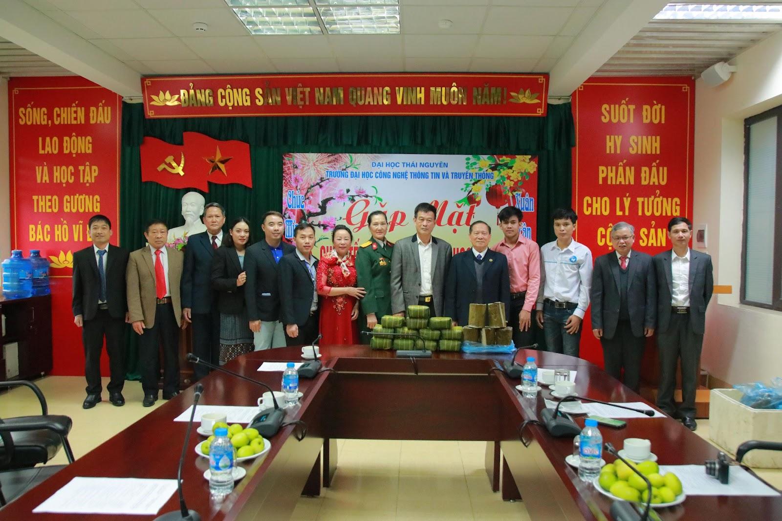 Đại diện Hội Hữu nghị Việt Lào tỉnh Thái Nguyên; Hội Cựu quân nhân tình nguyện và chuyên gia Việt Lào tỉnh Thái Nguyên tặng quà tết cho các LHS.
