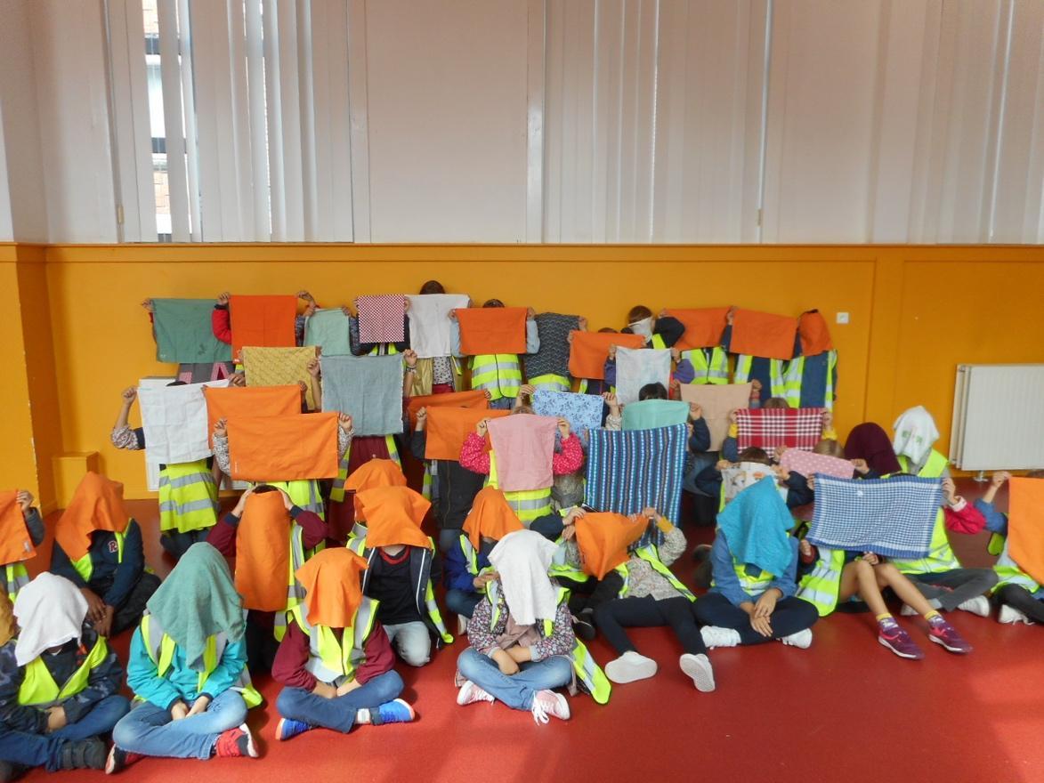 Une image contenant intérieur, table, orange, enfant  Description générée automatiquement