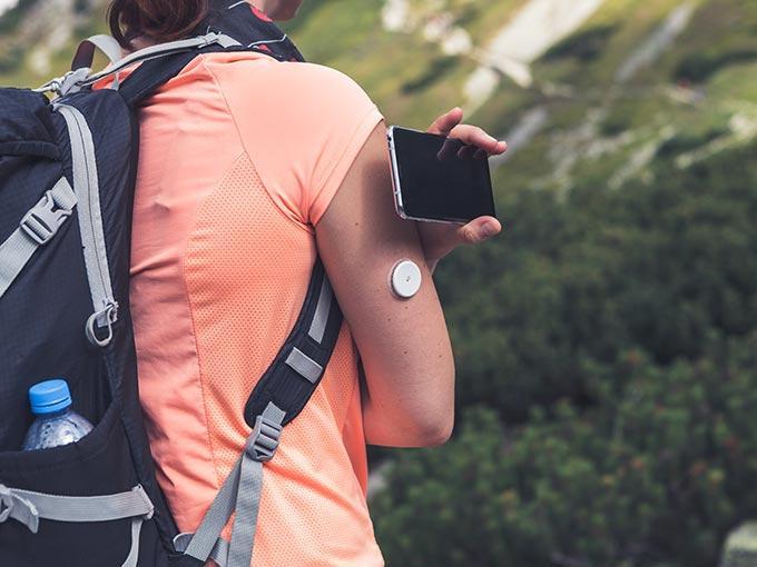 Eine Wanderin mit Rucksack: Besonders bei langen Wanderungen sollten Diabetiker, die auf Insulin angewiesen sind, ihr Medikament immer im Gepäck haben.