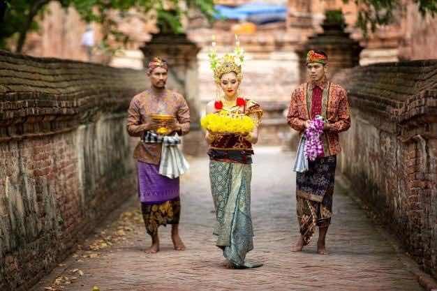 Lịch sử Châu Á tóm gọn lại là có dân tộc mặc quần hai ống,có dân tộc mặc sarong