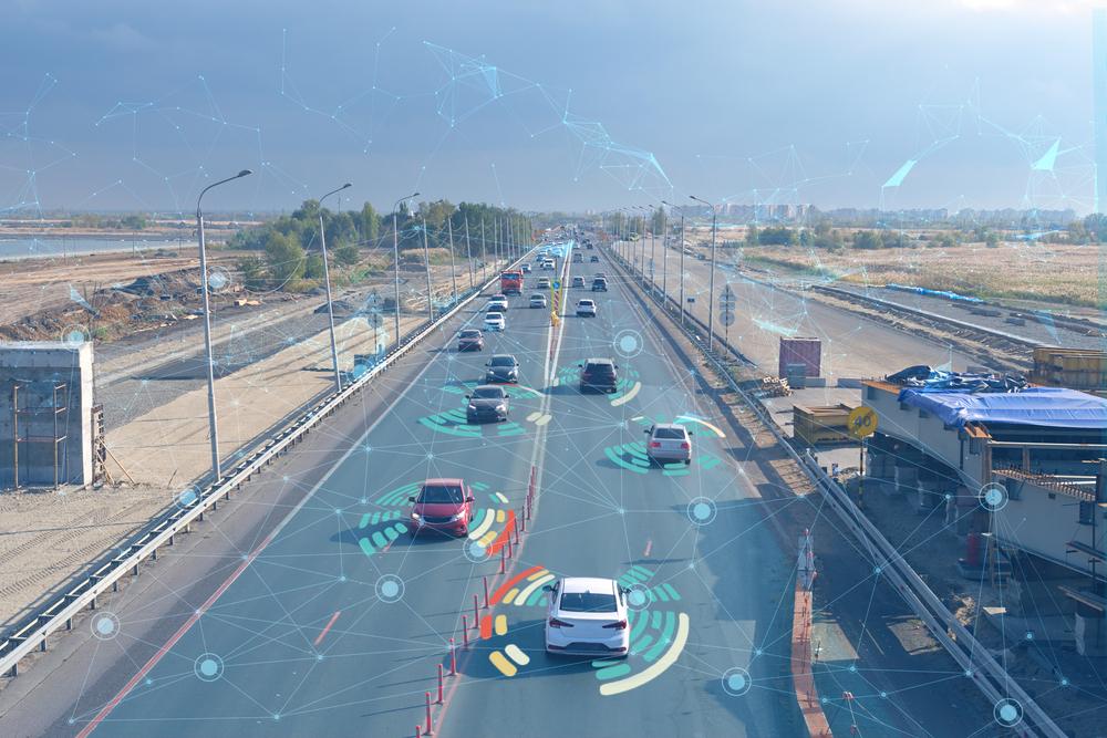 Conceito de tecnologia do futuro aplicado ao movimento seguro de carros. (Fonte: Shutterstock)