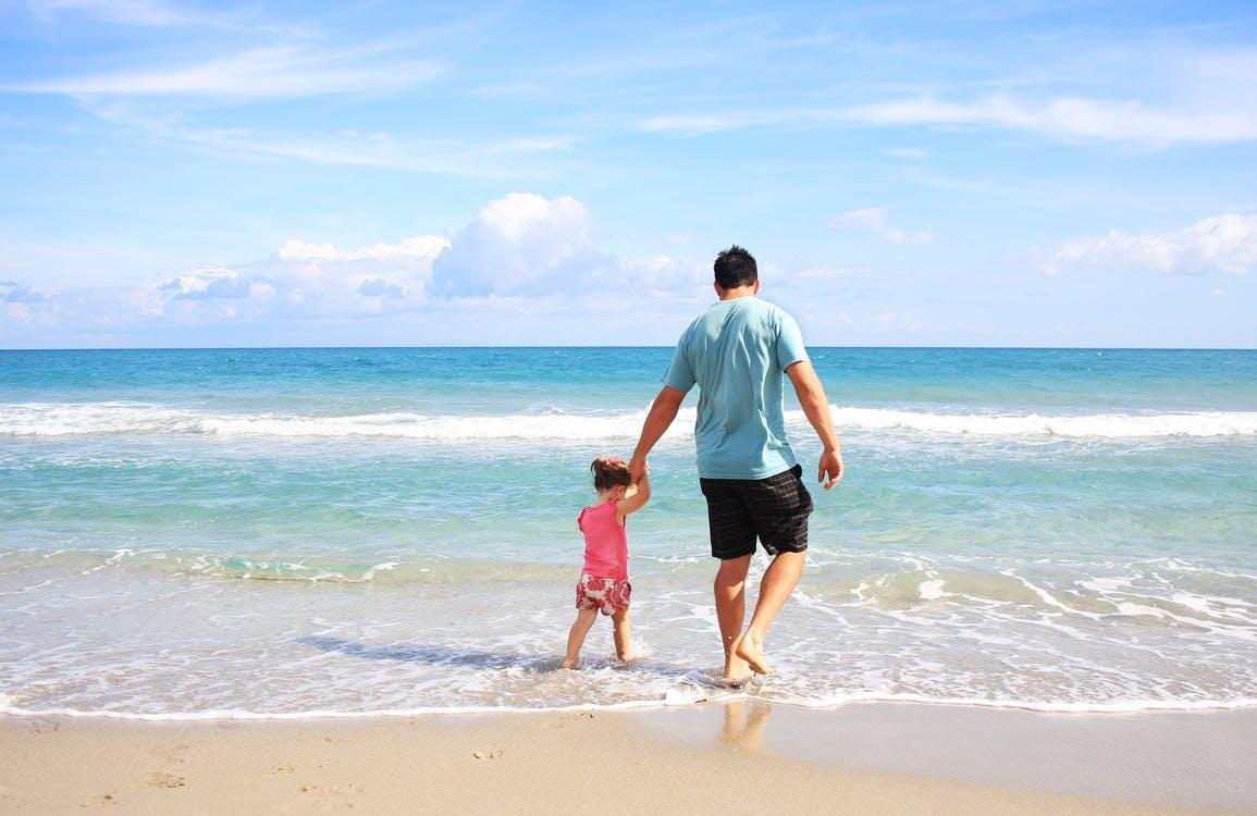 Отец и дочь на пляже