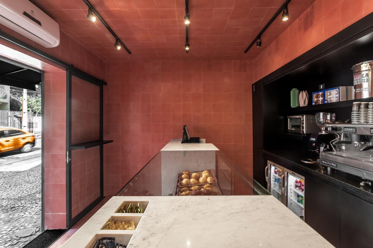 Cozinha com balcão  Descrição gerada automaticamente com confiança média