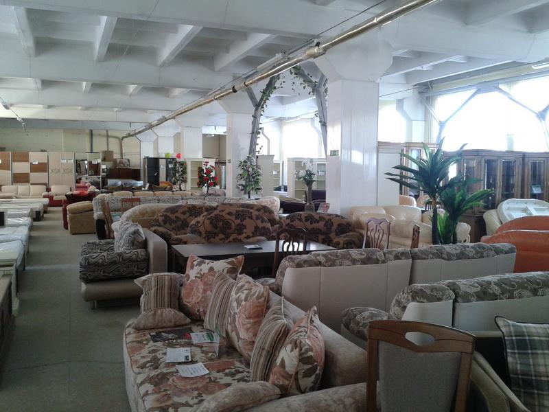 Много диванов, Омебли