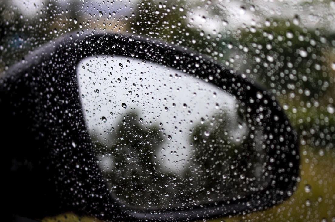 espejo lateral mojado por lluvia