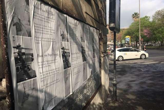 Poster ủng hộ Đức Phanxico ở Roma, vang lên một hợp âm khác